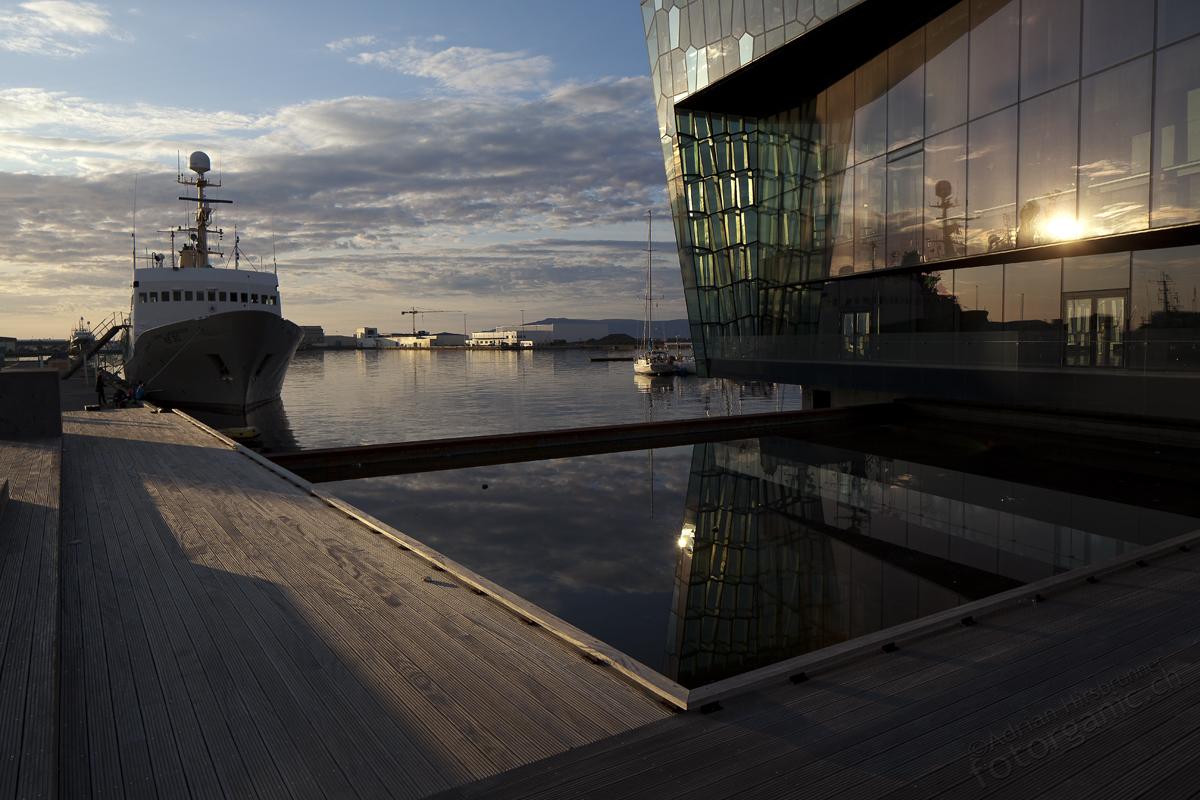 Harpa befindet sich unmittelbar am Hafen von Reykjavik