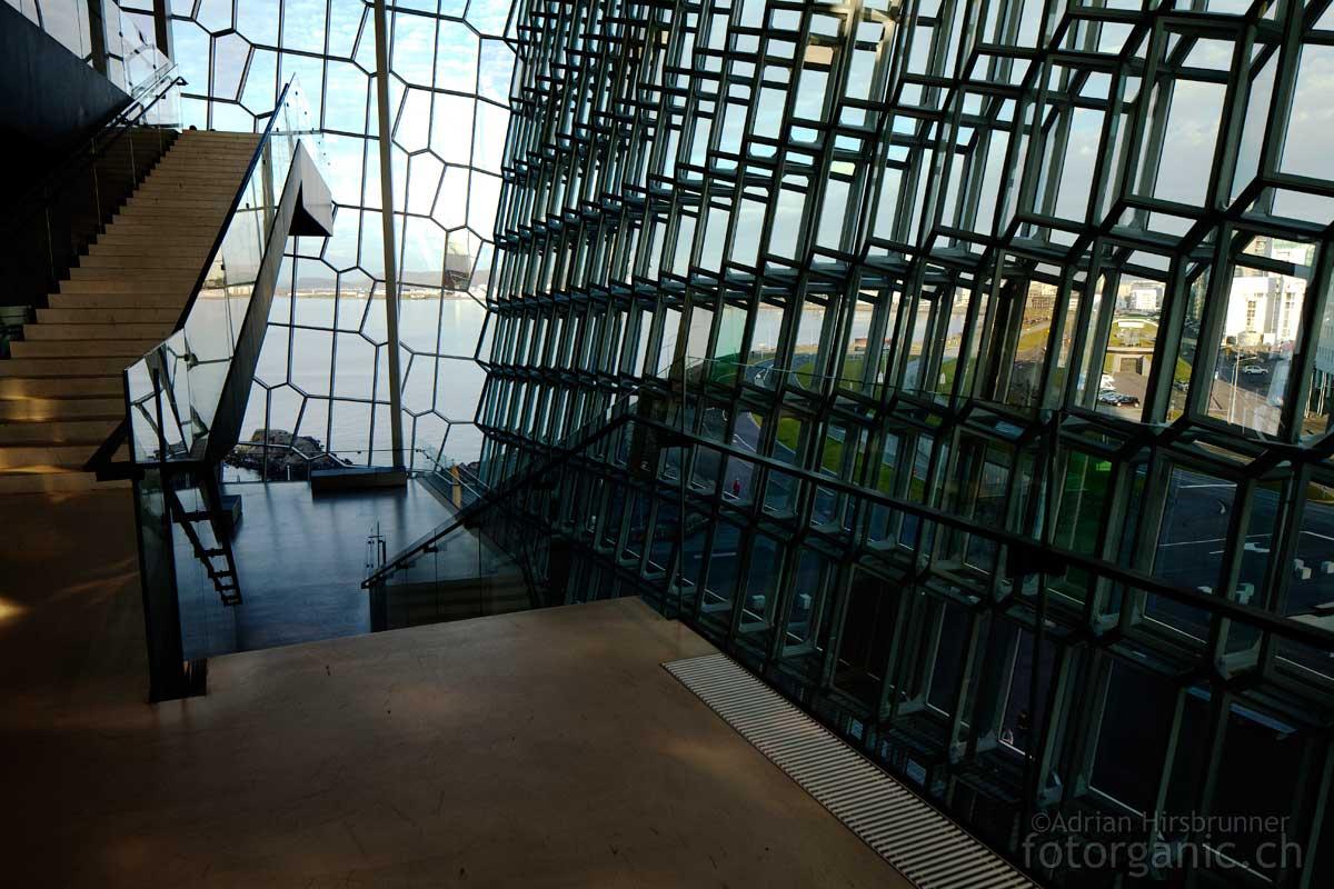 Harpa, Reykjavik: Aufgrund der Glasfassade befindet sich Harpa in permanenter Interaktion mit dem Licht der Aussenwelt.