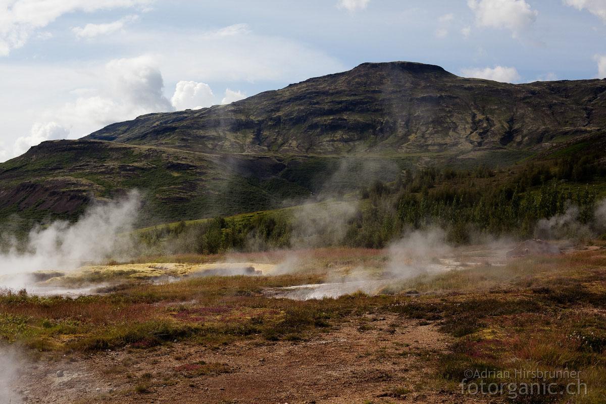 Haukadalur: überall im Thermalquellgebiet steigt Rauch aus dem Boden auf.