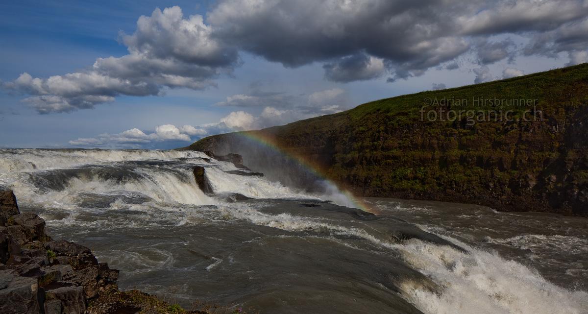 Der Gullfoss Wasserfall fällt in zwei Stufen. Dies ist die kleinere obere Stufe.