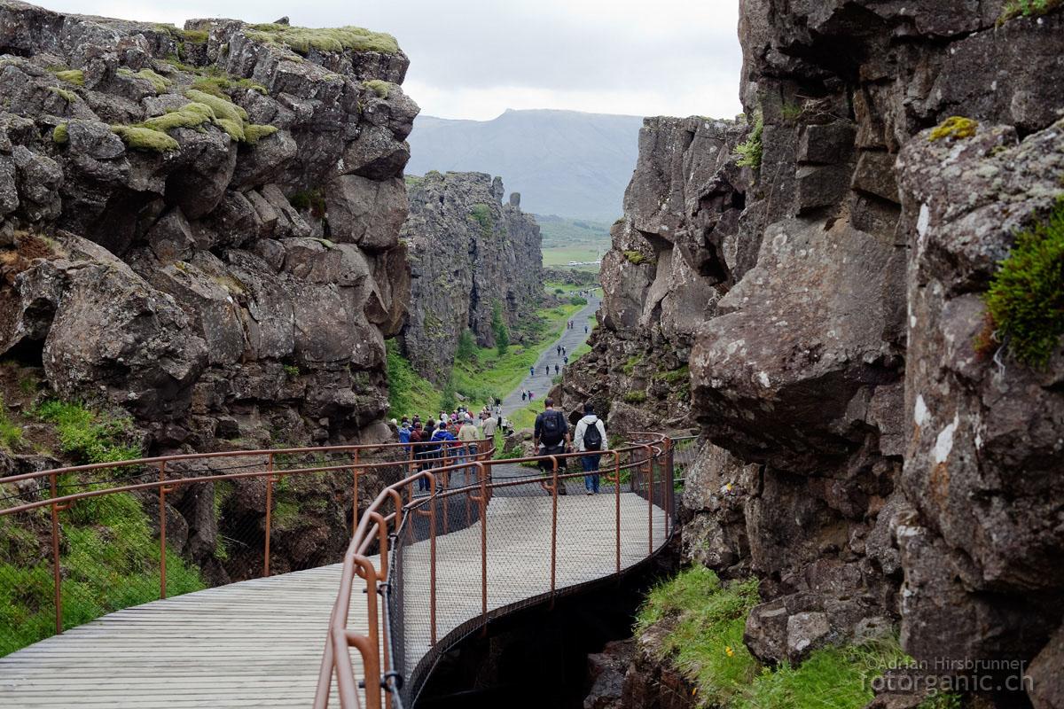 """ingvellir-Graben, Island. Hier ist jene Stelle des Spaltensystems, die den Touristen als """"die Trennlinie"""" zwischen Europa und Amerika verkauft wird"""