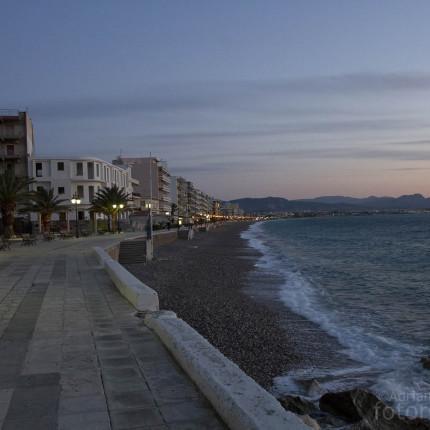 Blaue Stunde an einem Strand auf Peloponnes
