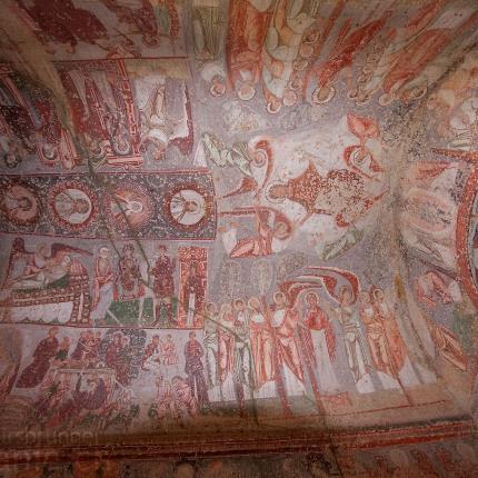 Fresken an der Decke einer byzantinischen Höhlenkirche.