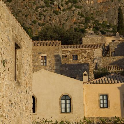 Häuserfassaden und Felsen sind in Monemvasia aus dem selben Gestein