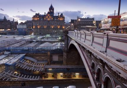 Die belebte North Bridge ist einer meiner Liebsten Orte in Edinburgh.