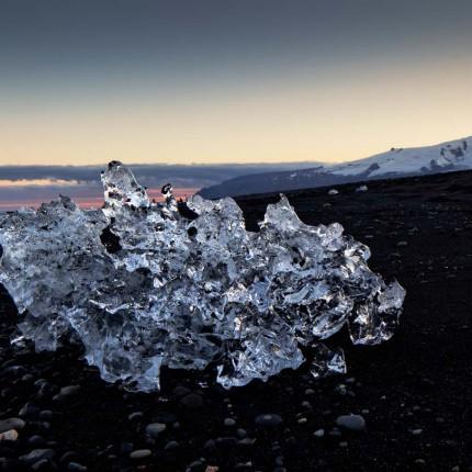 Beeindruckende Formen und Farben: Eiskristalle im Licht der Blauen Sturnde
