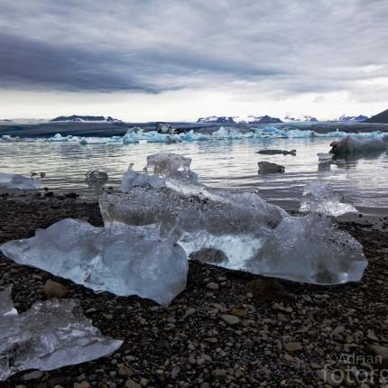 Die Gletscherlagune Jökulsárlón mit diamantartigen Eisblöcken.