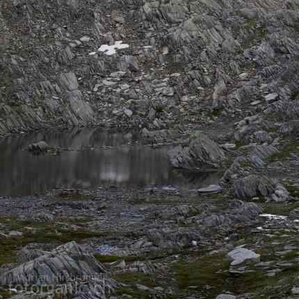 Quergestellte Gneise nahe der Alp Cadlimo.
