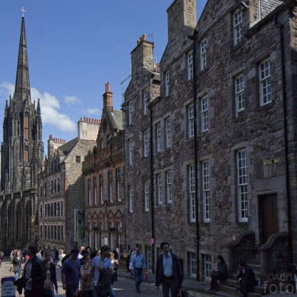 Die dunklen Steine sind so etwas wie das Markenzeichen Edinburghs.