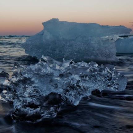 Malerische Stimmung: Eis im Meer am Strand von Jökulsárlón