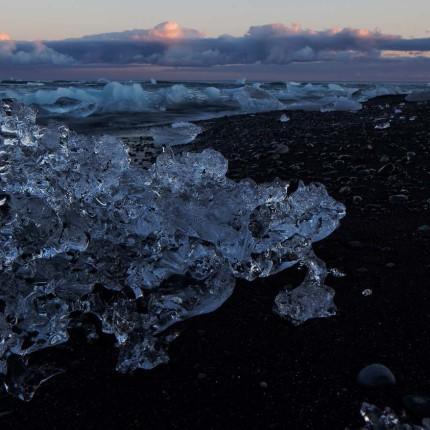Als Fotograf verweilt man Stundenlang zwischen den Eisskulpturen am Lavastrand von Jökulsárlón.