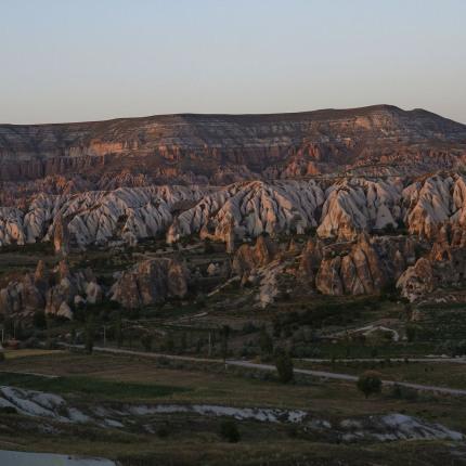 Von einem erhöhten Aussichtspunkt in Göreme aus, kann man weite Teile der umliegenden Landschaft geniessen.