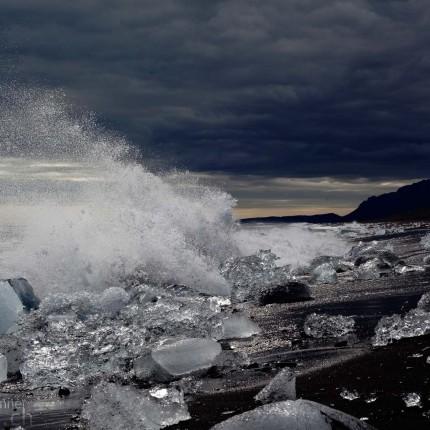 Gischt der Wellen am Strand von Jökulsárlón