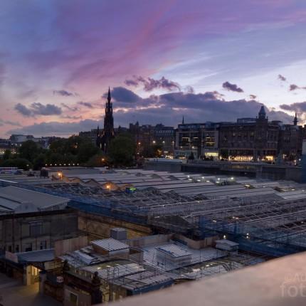 Edinburgh am Abend: Die blaue Stunde setzt die Stadt stimmungsvoll in Szene.
