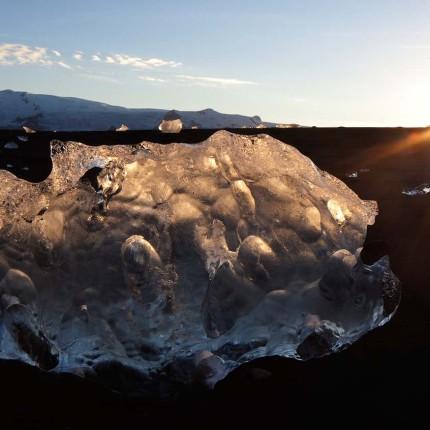 Verschiedenste Arten von Eis sind in Jökulsárlón anzutreffen: Dieser Eisblock wirkt im Gegenlicht wie eine opake Lampe.