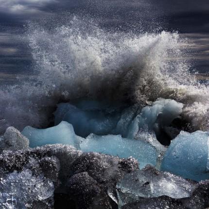 Riesige Wellen peitschen den Trümmerhaufen von Eiskristallen am Strand von Jökulsárlón.