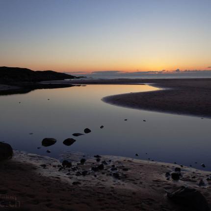 Im Sommer sind die Abende aufgrund des Sonnenstands lang. Wer wach bleibt, wird von der herrlichen Stimmung der blauen Stunde belohnt.