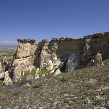 Die Felsen mit ihren Dächern wirken mancherorts wie Pilze.