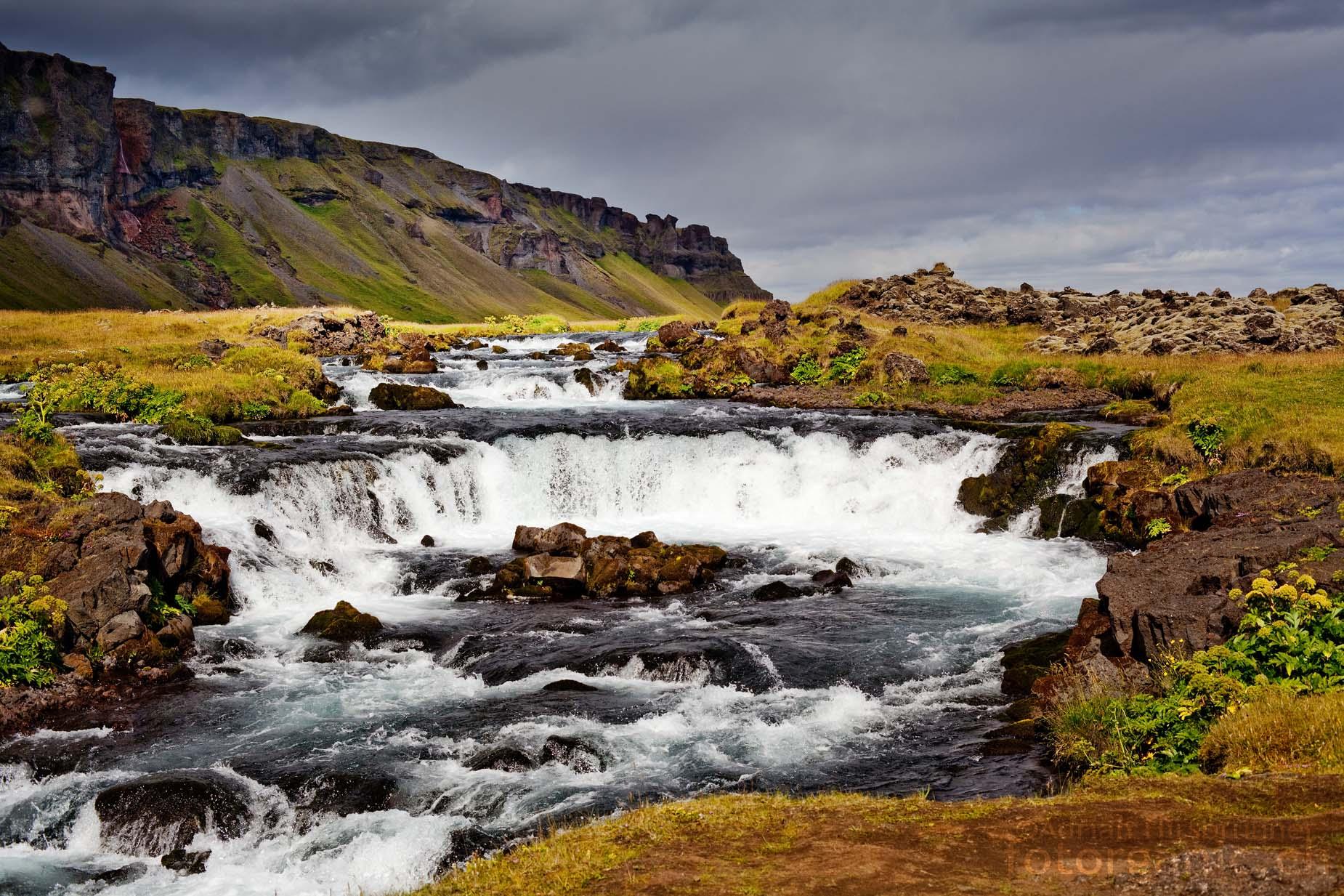 Schöne Lichtstimmung an einem Bach im Süden Islands.