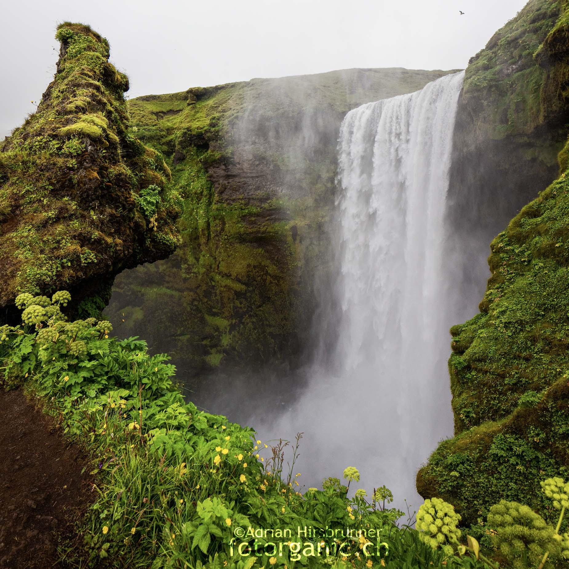 Ein Aussichtspunkt auf halber Höhe des Wasserfalls Skógafoss