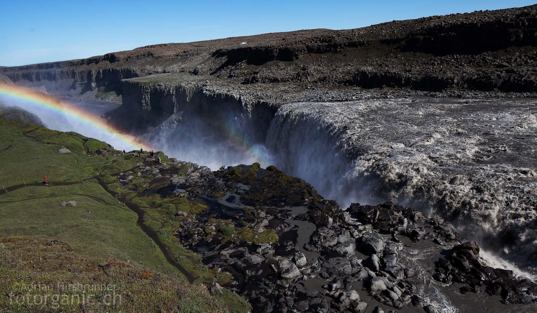 Donnernder Wasserfall in der Basaltwüste. Der Dettifoss befindet sich in einer kargen und urtümlichen Landschaft.