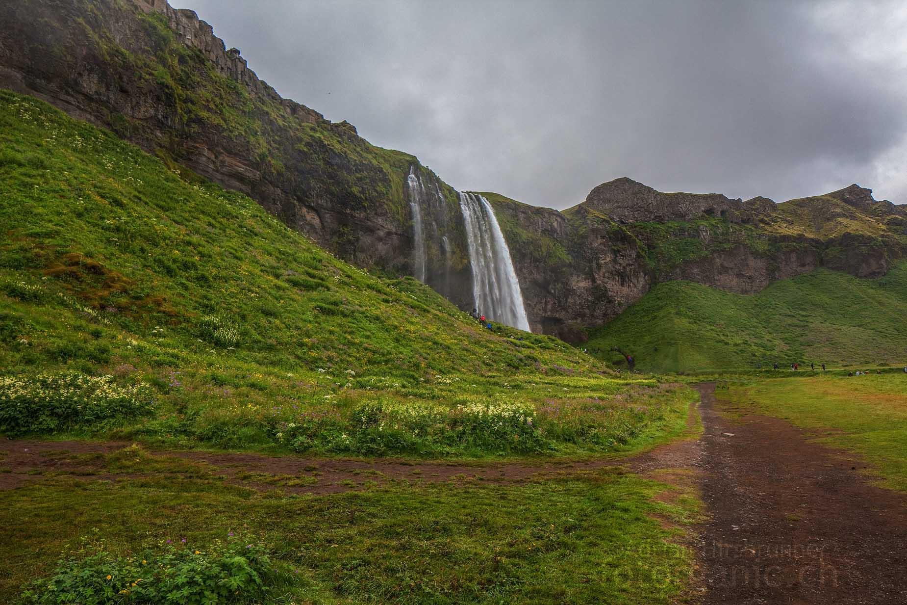 Wo der Seljalandsfoss herunterstürzt, befand sich früher eine Steilküste.