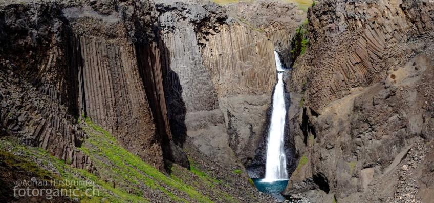 Perfekte und vielgestaltige Basaltsäulen umgeben den Litlanesfoss