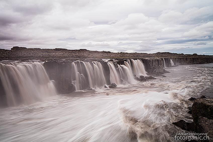 Das Wasser des Selfoss wälzt sich über eine schier unglaublich lange Strecke über das Basaltgestein herunter.