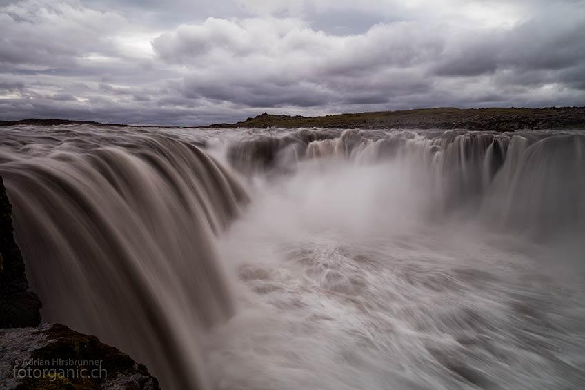 An den Selfoss Wasserfall kommt man ganz nahe heran. Ehrfürchtig auf einem Stein sitzend, staunt man über die unbändige Kraft dieses Giganten.