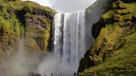 Wasserfall Island: Der Skógarfoss ist einer der vielen Attraktiven Wasserfälle Islands.