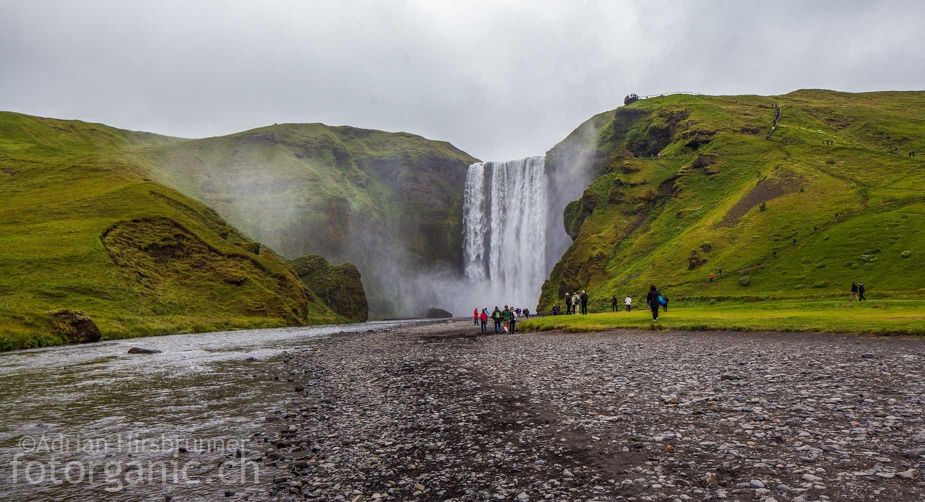 Der Skógafoss ist vielleicht der schönste Wasserfall Islands. Seine Fallhöhe beträgt 60 Meter!