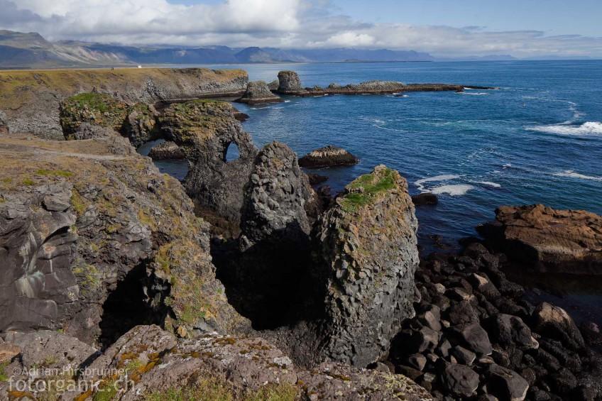 Basaltformationen an der zerklüfteten Küste von Snæfellsnes.