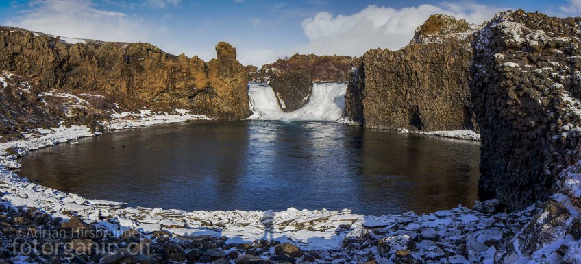 Kontrastreich: Das Basaltsäulen-Becken des Hjalparfoss bereitet beim fotografieren Mühe.