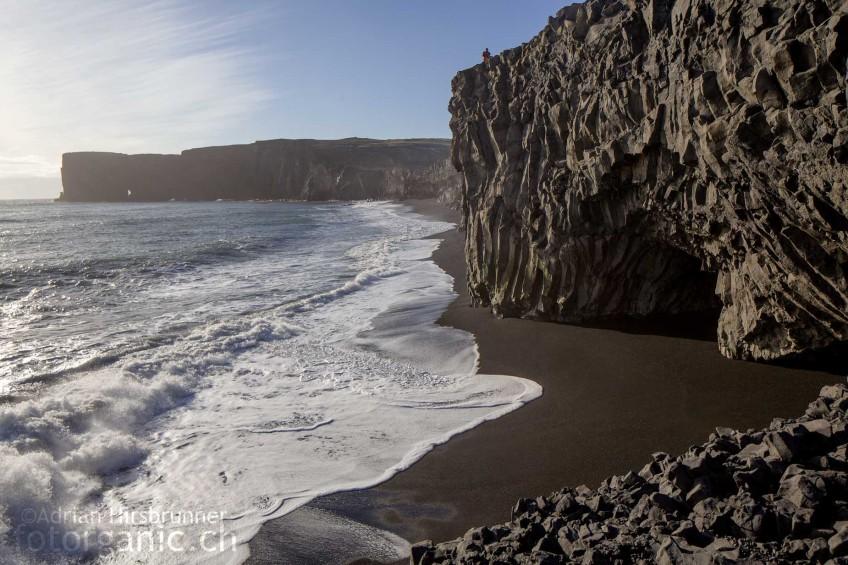 In der Bucht von Vík í Mýrdal gibt es zahlreiche Basaltsäulenfelsen. Im Sommer nisten hier die Papageientaucher.