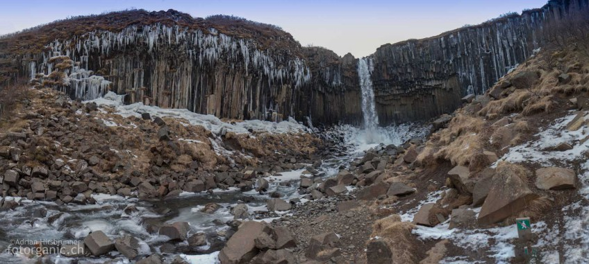 Wie ein Gebiss wirkt der Swartifoss im Winter wenn zu den Basaltsäulen auch noch die Eiszapfen dazukommen.
