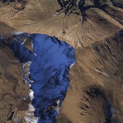 Aussicht auf Gipfel und Bergsee der Niesenkette
