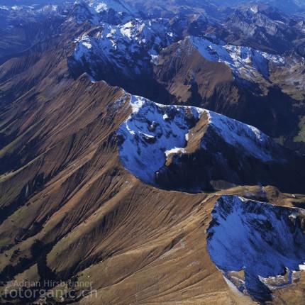 Der erste Schnee bildet ein spannender Farbkontrast zu den herbstlichen Farben der Bergwiesen