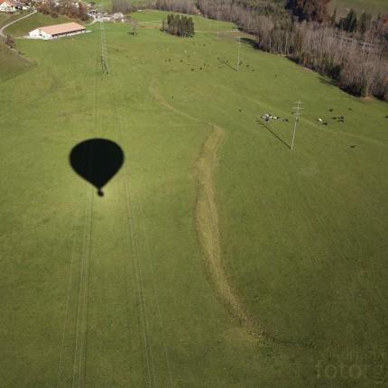 Der Schatten des Ballons über unserem Landeplatz bei Albeuve