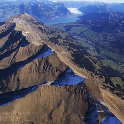 Blick auf die Niesenkette und den Thuner-und-Brienzersee