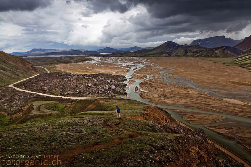 Einsame Wanderer in den Bergen von Landmannalaugar