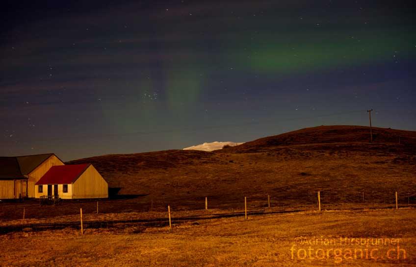 Nachts zeigen sich die ersten Nordlichter. Sie sind visuell nur schwach sichtbar.
