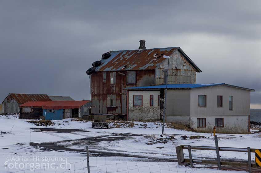 Um die Dächer gegen den Wind zu schützen, wird manchmal zu eigenwilligen Methoden gegriffen.