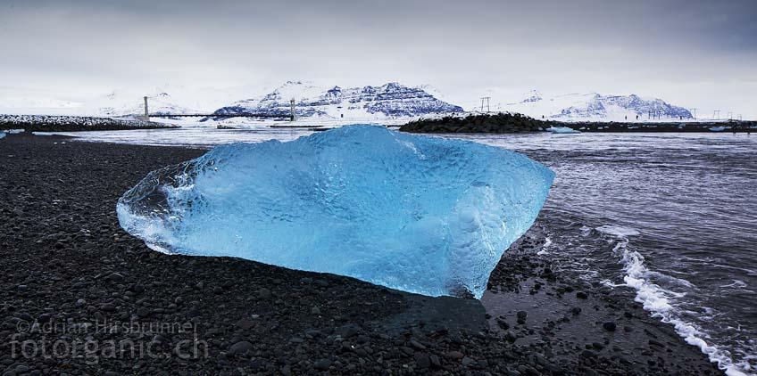 Die Farbenpracht der Eisberge die an den Strand von Jökulsárlón angeschwemmt werden, ist manchmal beinahe unfassbar.
