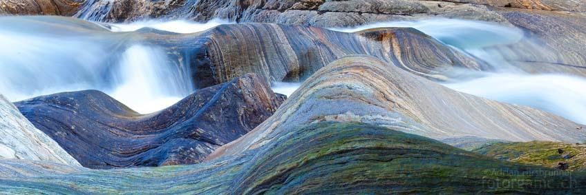 Die Gneis-Felsen an der Verzasca sind ein Wunder der Natur! Rhythmisch scheinen sie sich mit dem Gewässer zu bewegen.