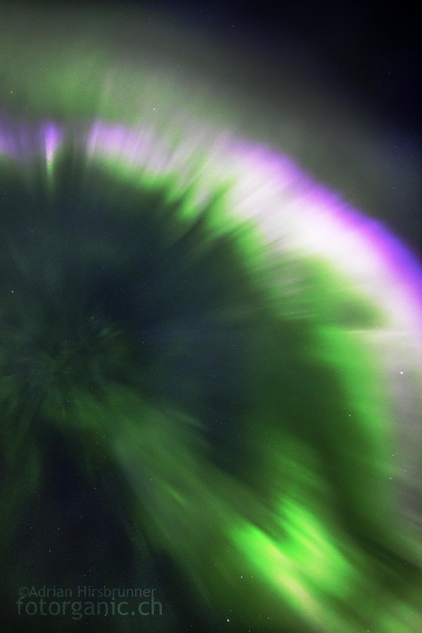 Direkt unter einer Korona zu stehen ist das höchste aller Gefühle! Der Blick in die schnell flirrenden Strahlenbündel ist unbeschreiblich.