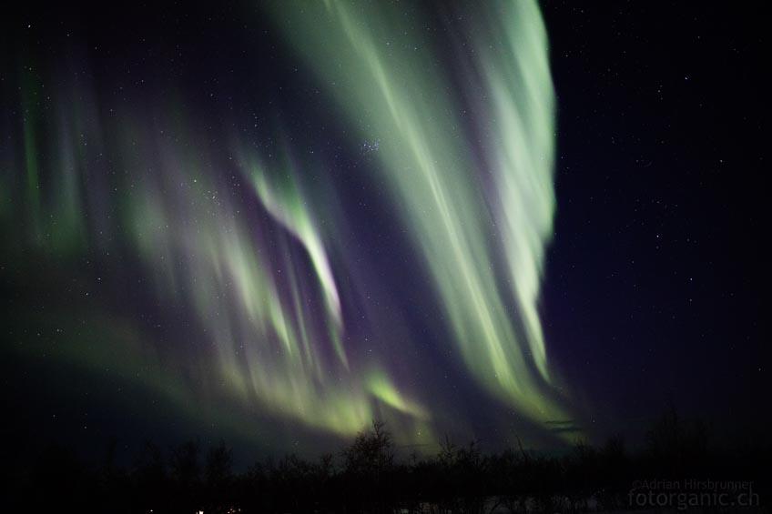 Bald ist der ganze Himmel mit Polarlichtbändern überzogen.