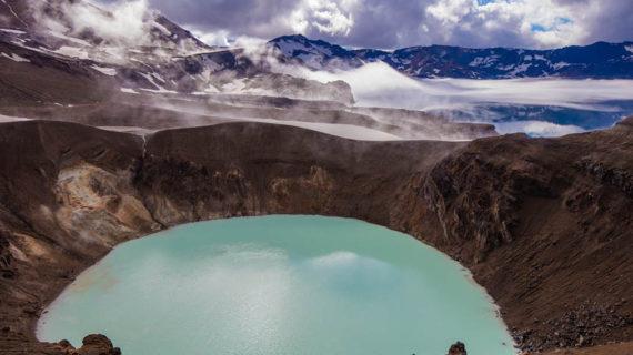Blick vom Víti-Krater auf den See Östjuvatn. Hier befindet sich die jüngste Caldera der Askja.