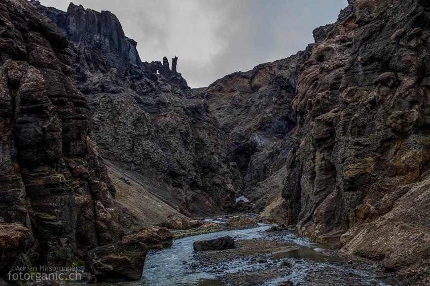 Unheimlich, dunkel und eng. Drekagil, die Drachenschlucht, ist ein verwunschener Ort wie aus dem Märchen. Auf beiden Seiten türmen sich versteinerte Drachen und Trolle.