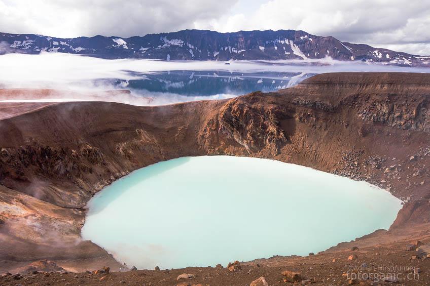 Verwirrend: der Calderasee Östjuvatn dubliziert die Landschaft hinter dem Víti-Krater.