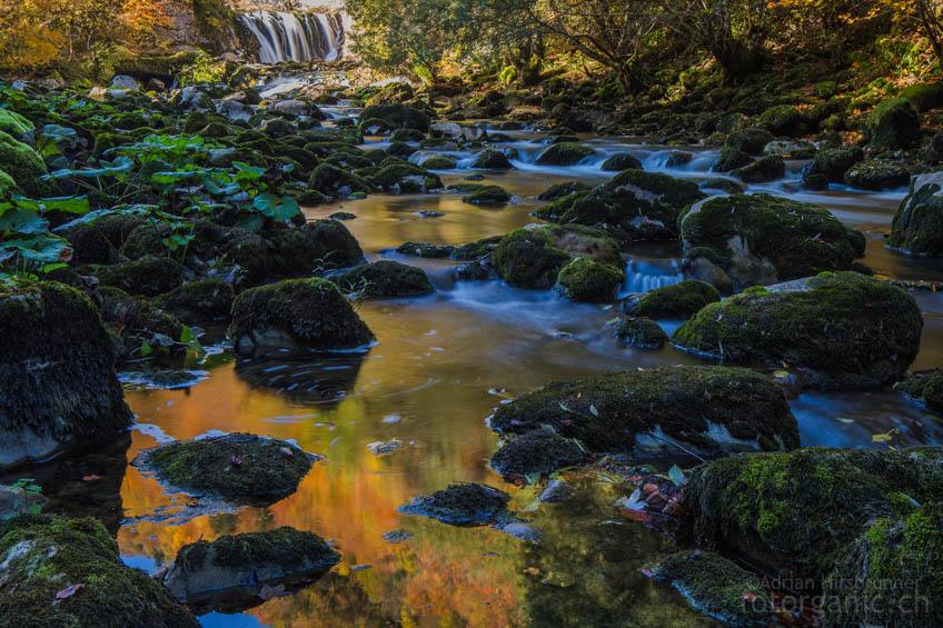 Langzeitbelichtungen machen das Wasser der Areuse im Herbst zur Goldgrube.